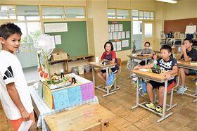 夏休みの宿題の工作を発表する6年生の児童=20日午前9時40分ごろ、鶴田町の胡桃舘小学校