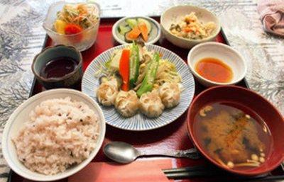 ■「ぷらむはうす」が出している名古屋コーチンシューマイの定食=小牧商議所提供