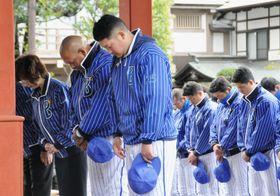 神奈川県鎌倉市の鶴岡八幡宮で必勝祈願を行うDeNAのラミレス監督(左から2人目)、筒香(同3人目)ら=22日