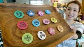 小林市内12小学校の校章をデザインした缶バッジ