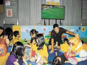 新設したキッズスペースで子どもたちと遊ぶ常田(右奥)