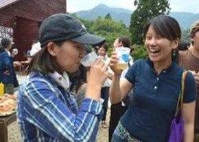 内覧会でビールを試飲する町民=上勝町正木