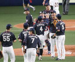 MLBに勝利し、タッチを交わす日本ナイン=ナゴヤドーム