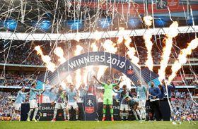 FAカップを制し、歓喜に浸るマンチェスター・シティーの選手たち=18日、ロンドン(ロイター=共同)