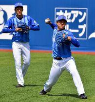 開幕前最後の実戦登板に向けて調整する上茶谷(右)=横浜