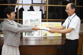 石田さん(左)から感謝状を受け取る早田校長=諌早市立飯盛西小