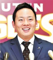 大幅アップで契約を更改し笑顔で記者会見に臨む松井裕