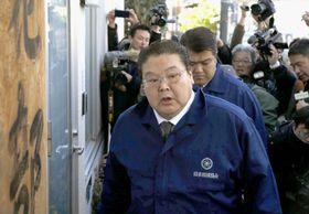 貴乃花部屋を訪れた日本相撲協会の鏡山危機管理部長=11日午後、東京都江東区