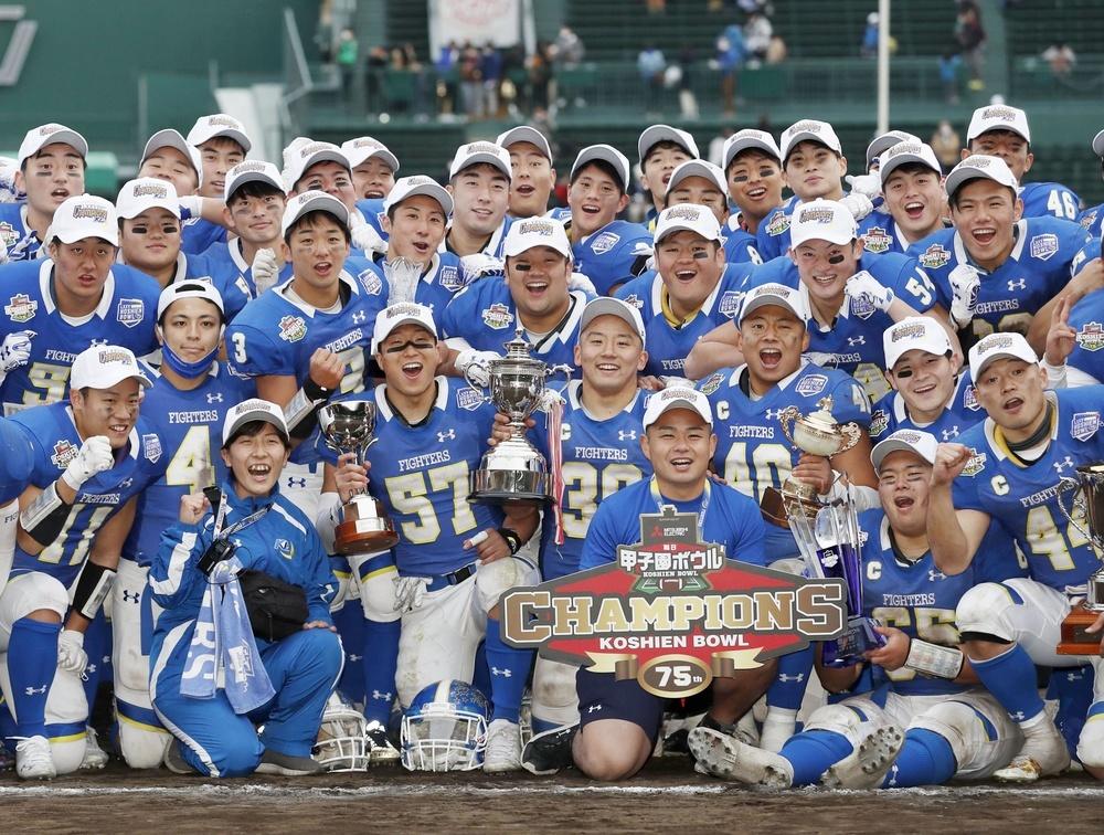 日大に勝利し、3連覇を喜ぶ関学大の選手ら=阪神甲子園球場