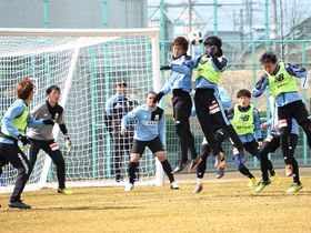セットプレーの動きを確認する選手たち=岐阜市北西部運動公園