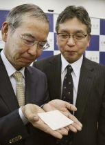 京都大のチームが発表した新しい人工皮膚=16日午後、京都市