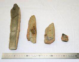 榊差遺跡から出土した、獣脚の鋳型の破片=滋賀県草津市