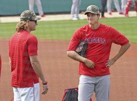 試合前に元同僚のレッドソックスのリチャーズ(左)と言葉を交わすエンゼルスの大谷=14日、ボストン(共同)