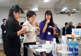 ブロガーを招いたイベントで、タイの刺し身を試食する東京都の小池百合子知事(左から2人目)=13日午後、東京都江東区の豊洲市場