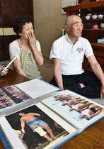 安美錦関の引退を伝えるテレビニュースに見入る父・清克さん(右)と母・和江さん