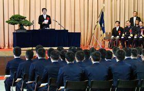 海上保安大学校の卒業式に出席し、祝辞を述べる安倍首相=24日午前、広島県呉市