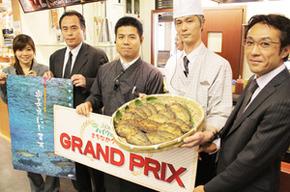 「第2回ハイウェイぐるめ まちなかグランプリ」で「にじます唐揚」のグランプリ受賞を喜ぶ関係者