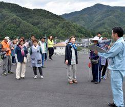 新たな1次避難場所への指定を検討している小鎚第2トンネル電気室周辺を見学する住民