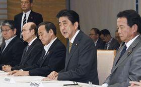 大阪府北部を震源とする地震の関係閣僚会議であいさつする安倍首相=18日午後、首相官邸