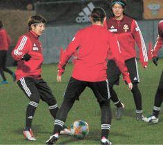 パス回しの練習に励む隅田(左)