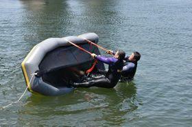 転覆したボートの回復法などを学んだ合同訓練