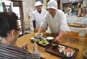静岡県外の観光客が増えたという「うつろぎ」。名物は白飯におかか、すりおろしたワサビにしょう油を掛けた「さびめし」=静岡市葵区有東木