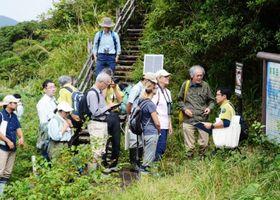 奄美大島の現地調査で湯湾岳を視察するIUCNの調査員ら=大和村