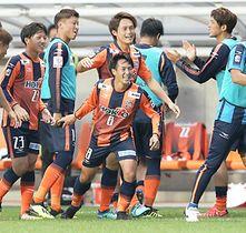 AC長野−相模原 前半10分、先制ゴールを決め喜ぶAC長野・河合(中央)