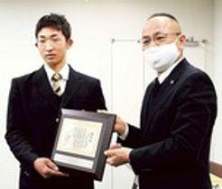 野部道太県高野連会長(右)から表彰盾を受け取る山口前主将=静岡市内