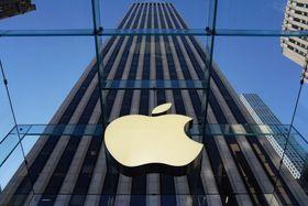 ニューヨークに復活した米アップルのガラス張りの旗艦店「ガラスキューブ」=20日(ロイター=共同)