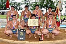 団体戦で2年ぶりに優勝し記念写真に納まる日体大のメンバー。後列右端で優勝旗を持つのが先鋒・菊池