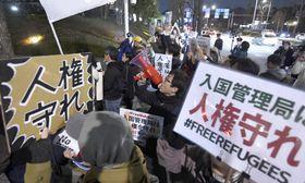 法務省前で入管行政の是正を求め抗議する人たち=18日夜