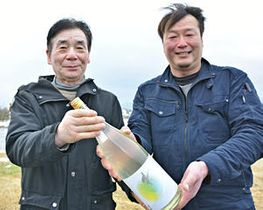 発売される酒を手にする小林さん(右)と猪俣さん