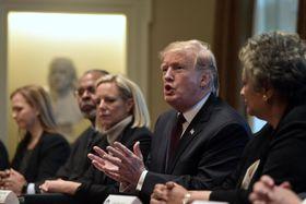 米ホワイトハウスでの会議で発言するトランプ大統領(右から2人目)=23日(AP=共同)