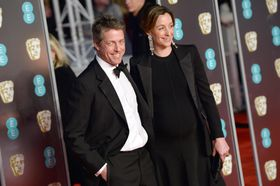ヒュー・グラントさん(左)とアンナ・エバースタインさん=2月、ロンドン(ゲッティ=共同)