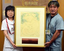 「赤ちゃんにやさしい病院」の認定証を掲げる天沼史孝新生児科長(右)と菊池宏美看護師長
