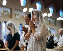 浦上天主堂のミサ。祈りを捧げる
