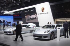 北米国際自動車ショーのポルシェのブース=2014年1月、米デトロイト