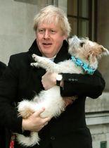12日、英国の下院総選挙で投票を終えたジョンソン首相=ロンドン(UPI=共同)