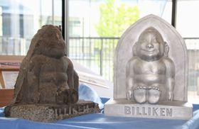 修復した「ビリケンさん」の石像(左)と復元した2代目のビリケン像=18日午後、千葉県流山市