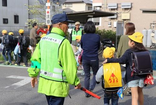 保護者に付き添われ、集団登校する児童=4月17日朝、千葉県松戸市(本文とは直接の関係はありません)