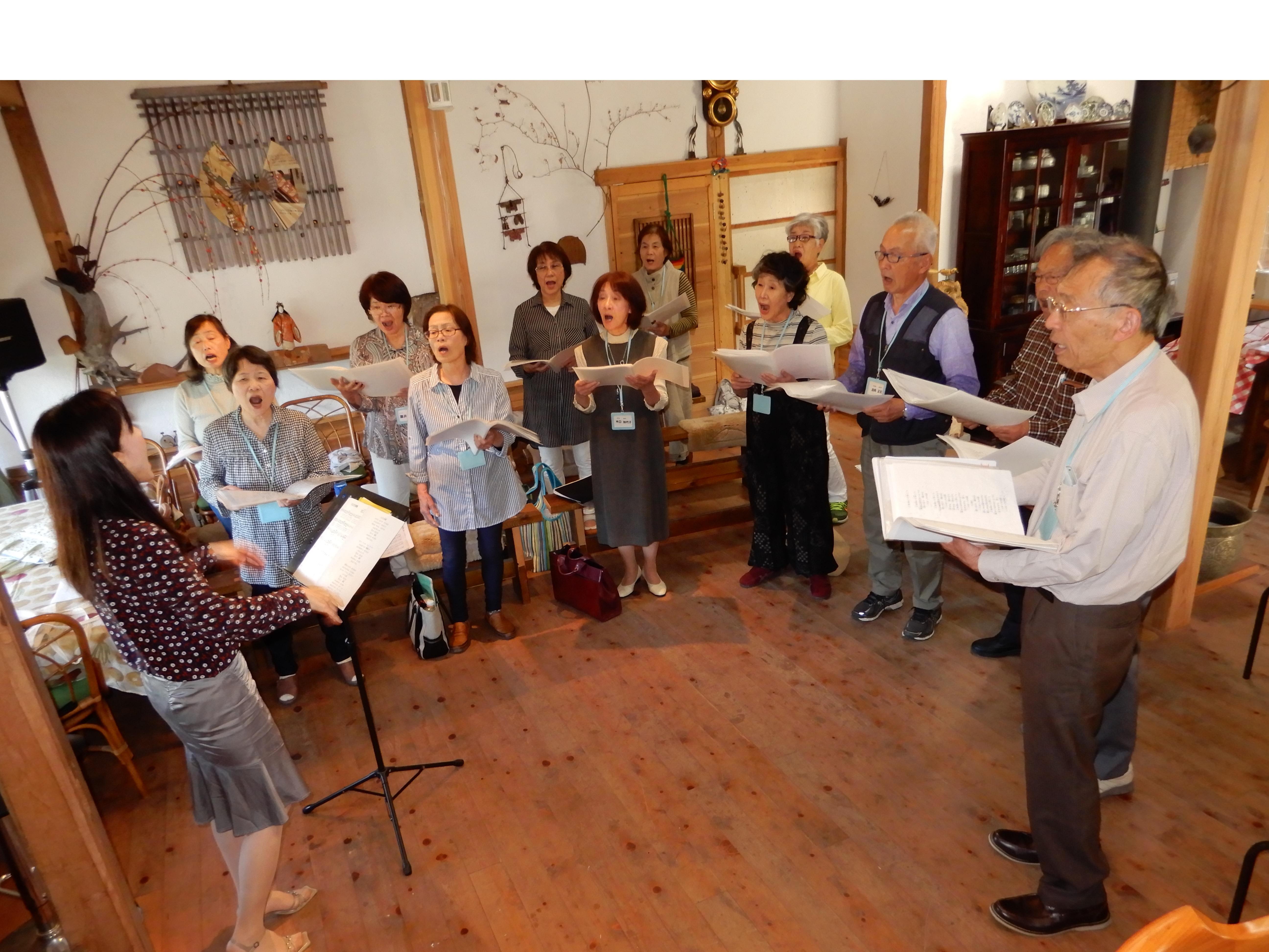 毎月、集まって行うコーラスの練習。真剣な表情で楽譜を追う=2018年5月、奈良市