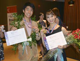 ジャクソン国際バレエコンクールのジュニア男性部門で銀賞を受賞した清沢飛雄馬さん(左)とシニア女性部門で銅賞を受賞した大賀千沙子さん=22日、米ミシシッピ州ジャクソン(共同)