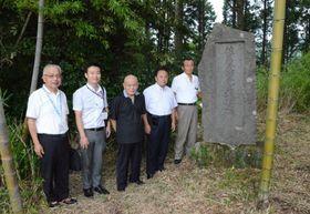 妙円寺詣りの歌を作曲した佐藤茂助さんの碑を訪ねる関係者=霧島市牧園町高千穂