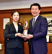 森田知事(右)から県知事賞の記念トロフィーを贈られた宇山選手=23日、千葉県庁