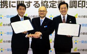 協定書を交わす(右から)千葉一郎理事長、小島一泰支店長、星倫市理事長(一関信用金庫提供)