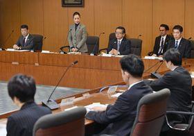 児童虐待死の再発を防止するため厚労省と合同で設置したプロジェクトチームの初会合であいさつする浮島智子文科副大臣(左から2人目)=15日午後、厚労省