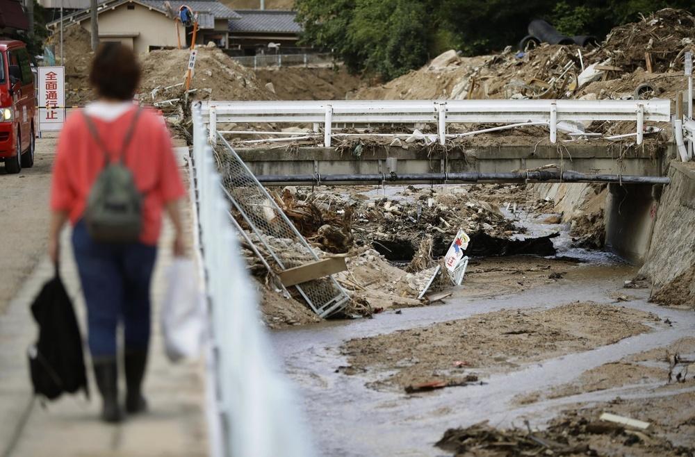 台風12号が通過し、避難先から自宅に戻る住民=29日午後6時35分、広島県坂町小屋浦地区