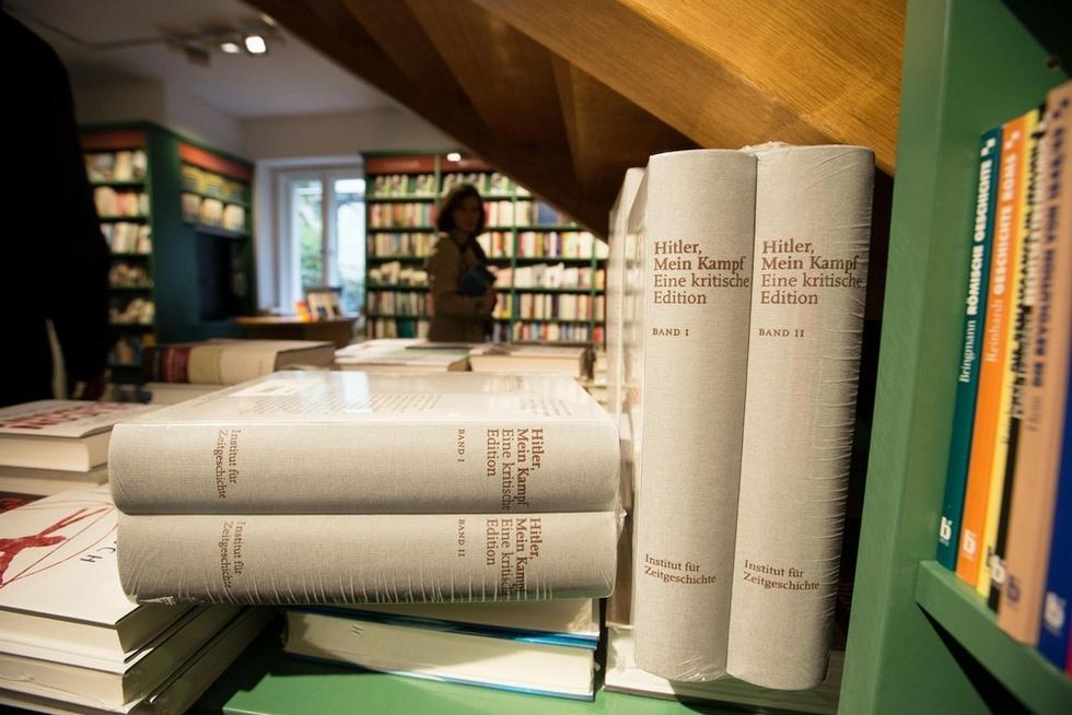 ドイツ・ミュンヘンの書店で販売されるアドルフ・ヒトラーの著作「わが闘争」(中央の4冊)。同国では第2次大戦後初めて再出版されたが、発売までに再出版や販売の是非を巡り激しい論争が続いた(撮影・澤田博之、共同)