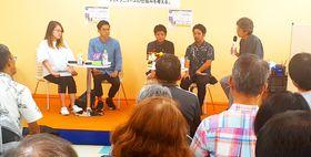 沖縄タイムスと琉球新報の記者が登壇してフェイクニュースについて考えるトークショーが開かれた=14日、ジュンク堂書店那覇店